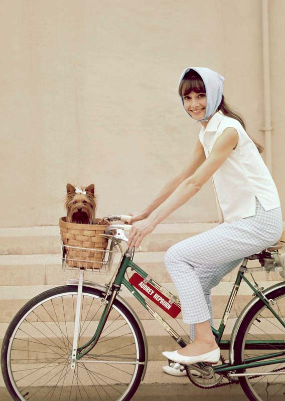 Audrey-hepburn-in-capri-pants-on-bike